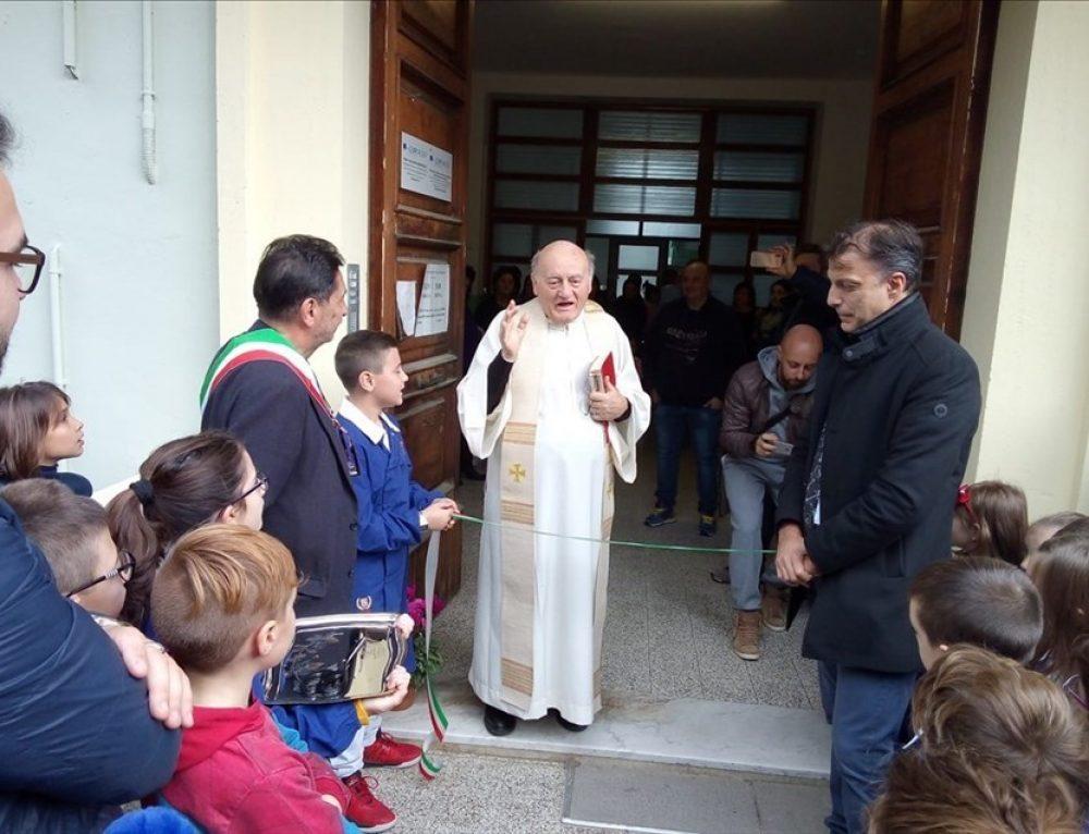 """Scuola Primaria Pollutri   I bambini tornano nella """"loro"""" scuola."""